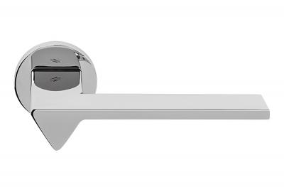 Полированная хромированная дверная ручка Ama на розетке от дизайнера архитектора Андреа Маффеи для Colombo Design