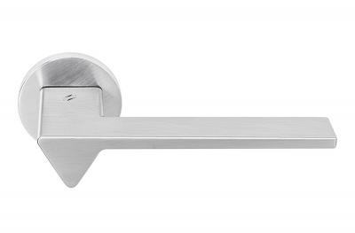 Дверная ручка Ama Satin Chrome на розетке от дизайнера архитектуры Андреа Маффеи для Colombo Design