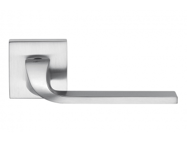 Хромированная дверная ручка Isy Satin Chrome на розетке Разработано Architettura компанией Colombo Design